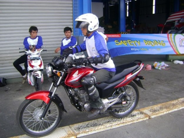 latihan-safety-riding-melewati-papan-titian (1)