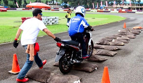 latihan-safety-riding-melewati-rintangan-bergelombang (1)
