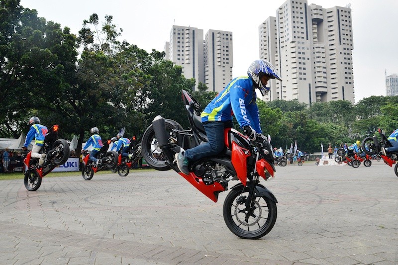 Pecahkan Rekor MURI, 50 Freestyler Unjuk Ketangkasan Pakai Suzuki GSX-S150.jpg