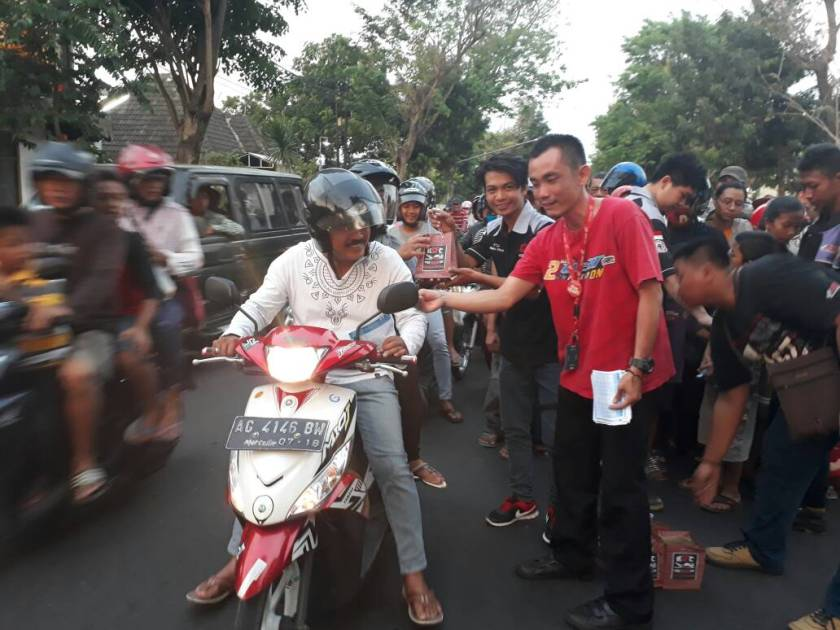 CSR  Bersama  APM, Kediri Street Fire Club (KSFC)  Lakukan Bagi Takjil Gratis (12).jpg