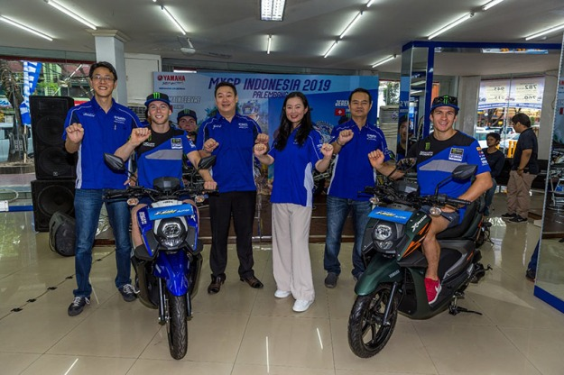 Management PT YIMM & Management Sentral Yamaha Palembang bersama rider Romain Febvre dan Jeremy Seewer saat launching X-ride warna baru